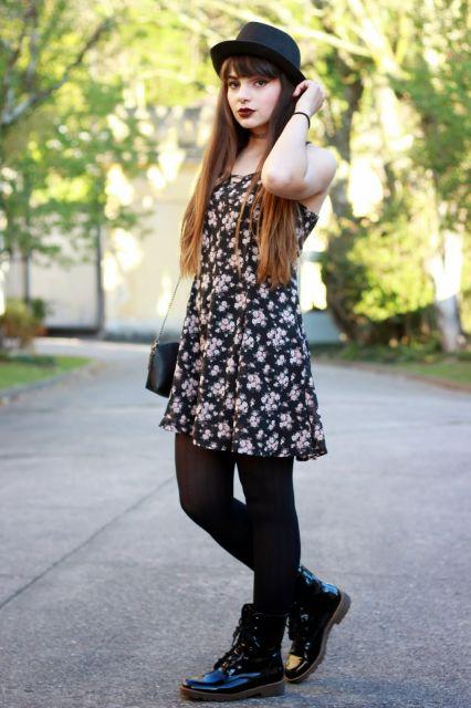 vestido floral com coturno e meia preta