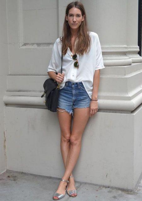 short jeans curto com blusa branca
