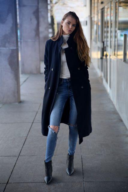 look inverno com calça jeans rasgada e sobretudo