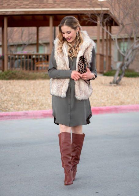 vestido cinza com bota para look inverno
