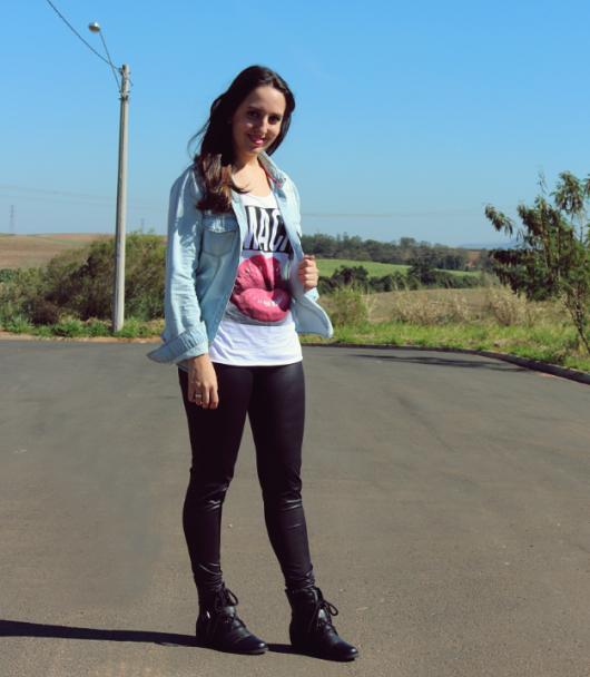 jaqueta jeans com legging e coturno