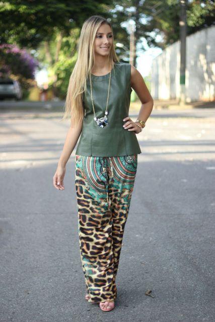 Mulher de pantalona estilo animal print