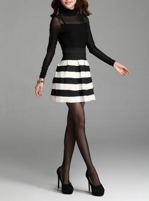 saia com listras preta e branca e blusa transparente