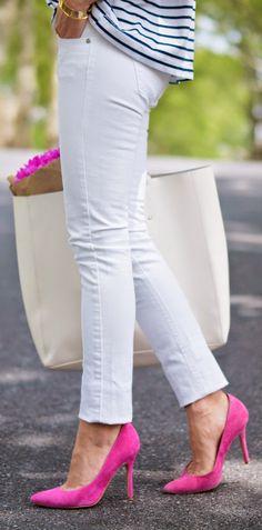 calça branca com sapato pink em look basico