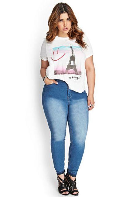 calça jeans e camiseta de algodão no look escola