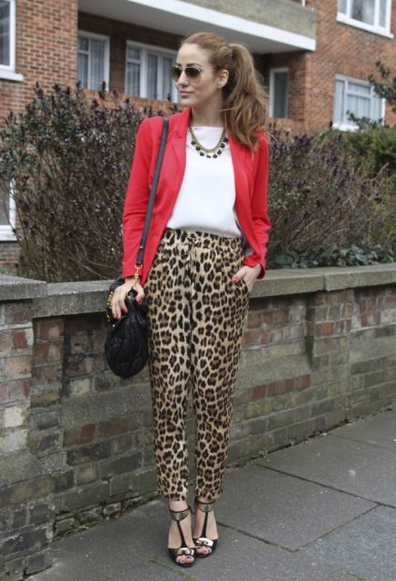 calça animal print com terno vermelho