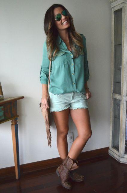 blusa manga comprida com short e coturno