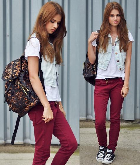 looks para escola com calça jeans colorida
