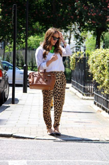 bolsa marrom com calça animal print oncinha