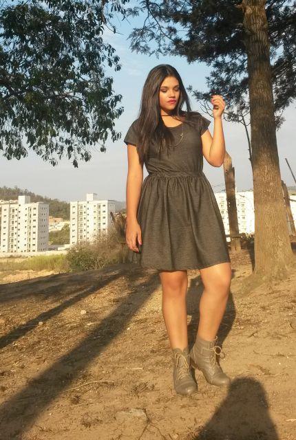 vestido plus size com coturno marrom
