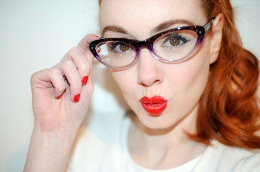 Ruiva de óculos roxo e branco