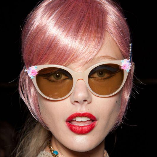 Óculos com enfeite rosa