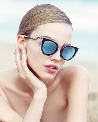 óculos espelhado na praia