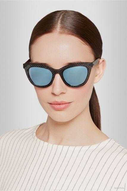 modelo mais séria com óculos espelhado