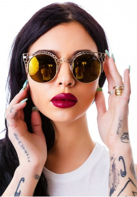 modelo tatuada com óculos espelhado