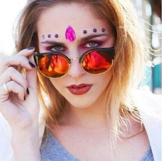 Moça com óculos espelhado e maquiagem