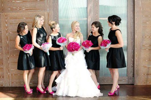 vestido de noiva com sapato rosa