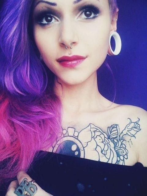 exemplo piercing medusa cabelo roxo