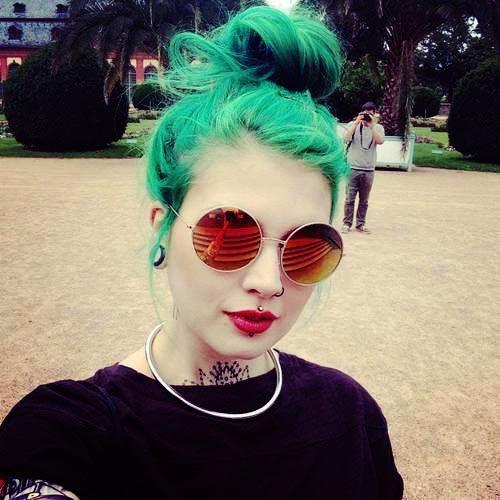 exemplo piercing medusa cabelo verde