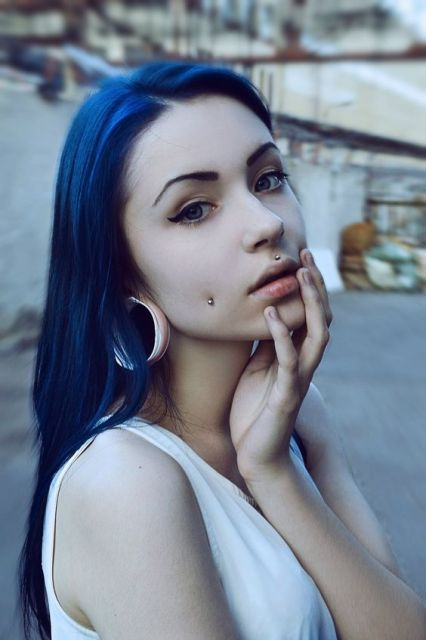 exemplo piercing medusa cabelo azul