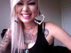 piercing na bochecha cabelo rosa sorriso