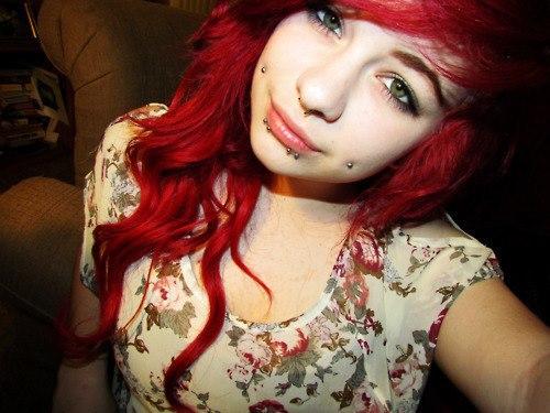 piercing na bochecha cabelo vermelho