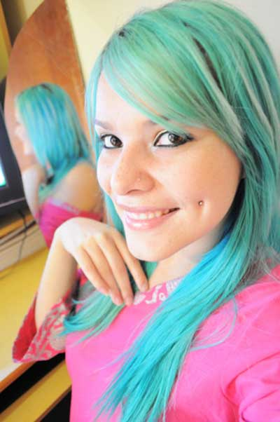 piercing na bochecha cabelo azul sorriso