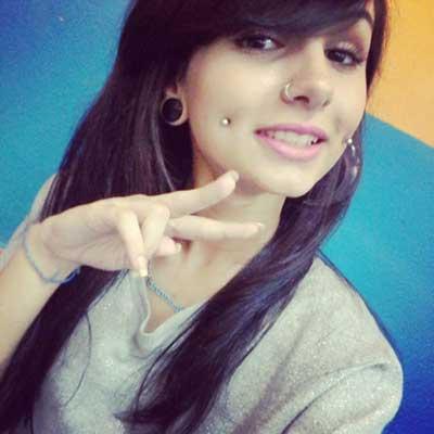 piercing na bochecha sorriso