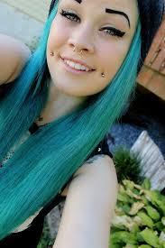 piercing na bochecha cabelo verde sorriso