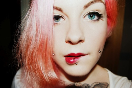 piercing na bochecha cabelo rosa