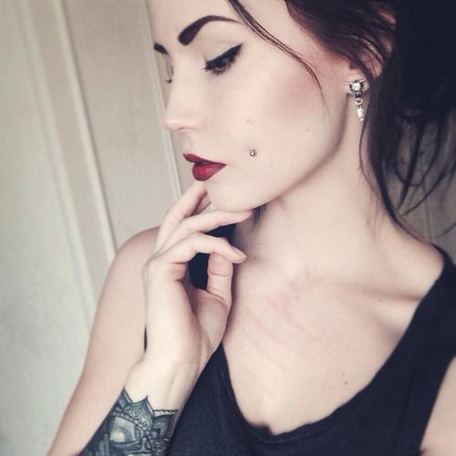 piercing na bochecha batom