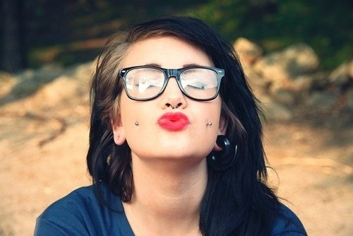 piercing na bochecha batom beijo