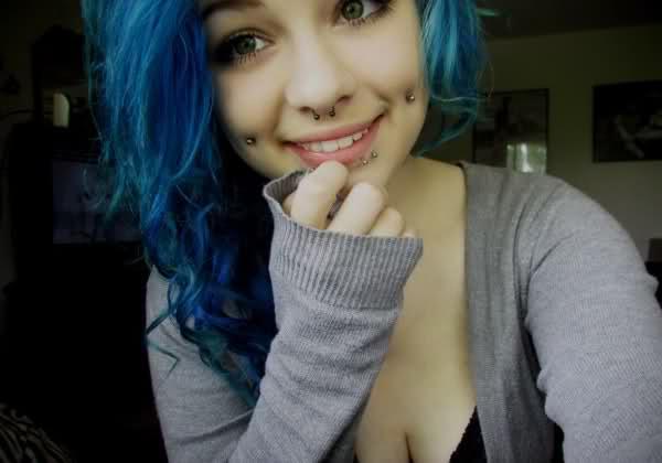 piercing na bochecha cabelo azul