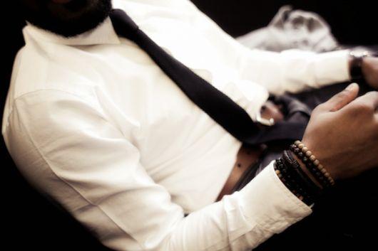 pulseiras nos dois pulsos