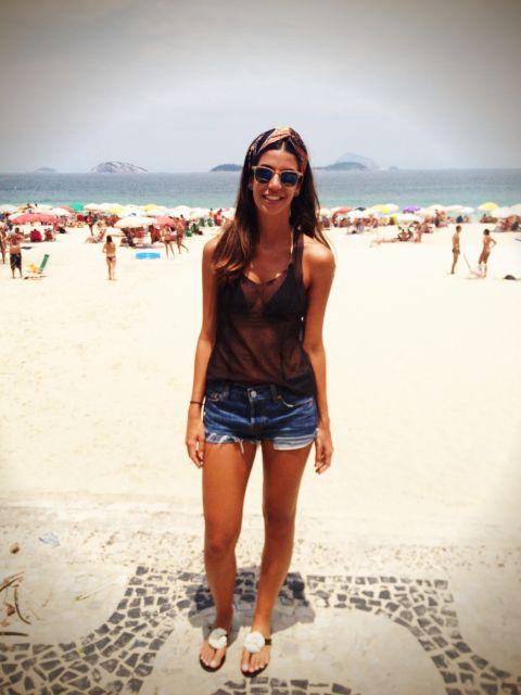 look praia com jeans e rasteira