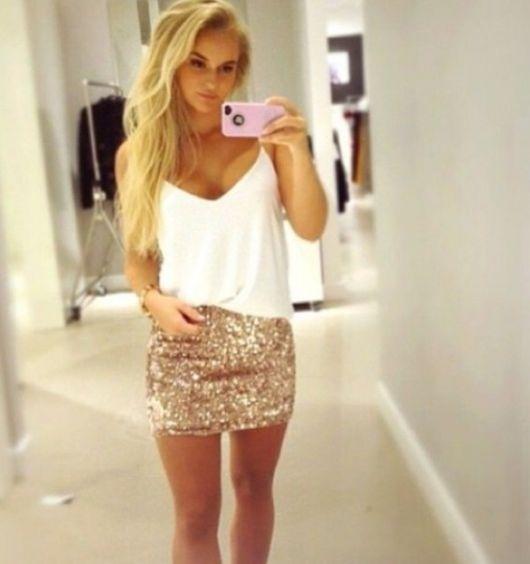 saia de paete dourada com blusa branca