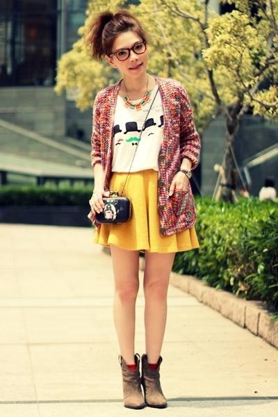 saia skater amarela em look casual