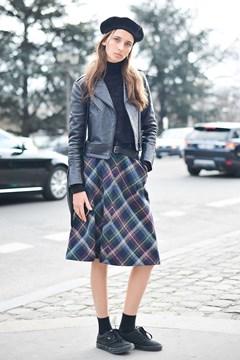 look inverno com saia xadrez