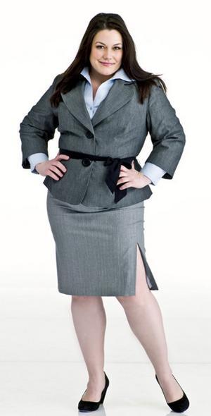 Brooke Elliot com traje de trabalho