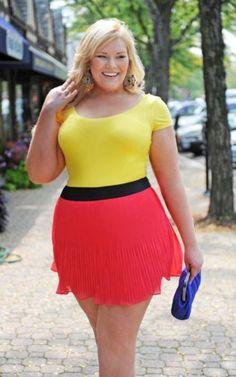 Gordinha com minissaia vermelha e blusa amarela