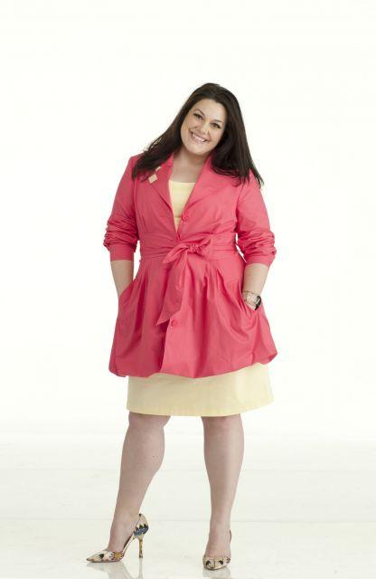 Atriz Brooke Elliott de amarelo e rosa