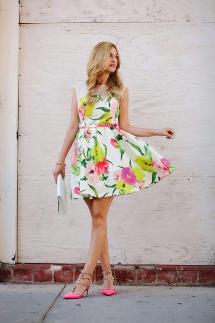 sandalia salto alto rosa com vestido floral