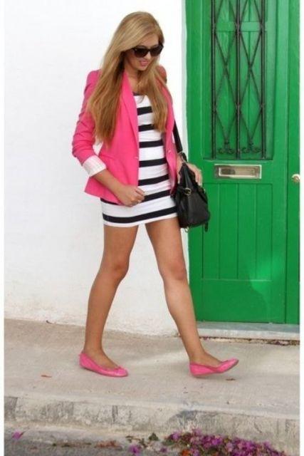 sapatilha pink com vestido listrado e casaco
