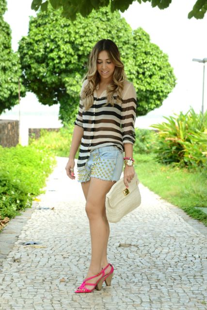 camisa de listras e shorts customizados com tachinhas
