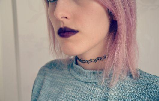 tattoo choker batom escuro
