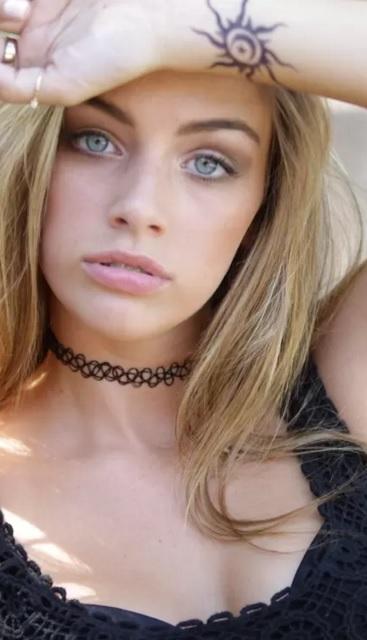 tattoo choker loira olhos azuis