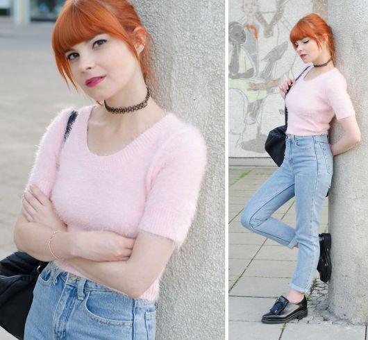 tattoo choker com blusa rosa e calça jeans