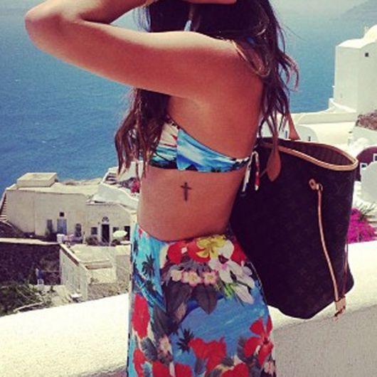 tatuagem feminina na costela cruz bruna marquezine