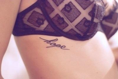 tatuagem feminina na costela hope