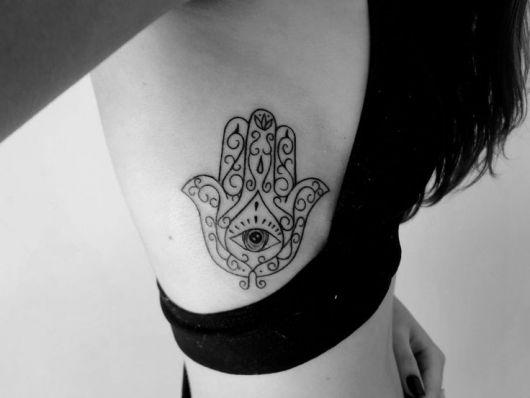 tatuagem feminina na costela mão de fátima
